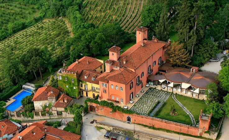 Set in the middle of an English-style park between Cuneo and Saluzzo, Castello Rosso is a 4-star-hotel dating back to the 15th Century.