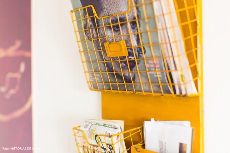 09-decoracao-sala-estar-revisteiro-parede-amarelo-metal