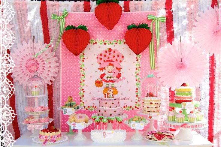 Mesa decorada para festa Strawberry Party
