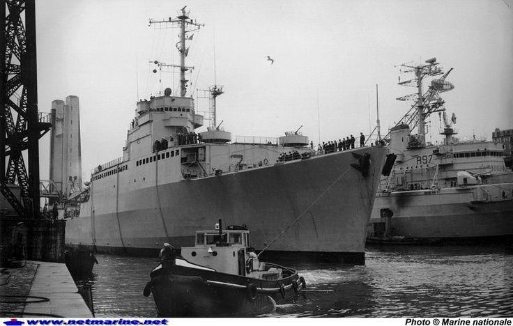 Le TCD Ouragan est de retour en Penfeld après sa traversée de longue durée autour du monde . Remarquez l'absence de marques de coque (24 août 1965).