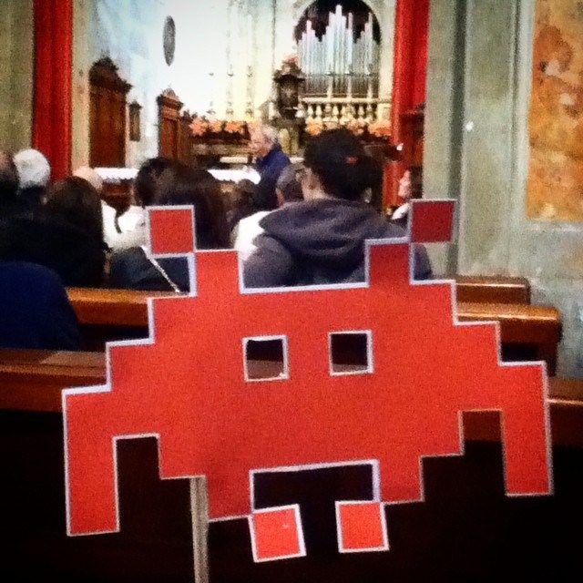 L'invader svolazza in #chiesa non curante di alcuna predica. #idpiadena #invasionidigitali #invasionidigitalicr