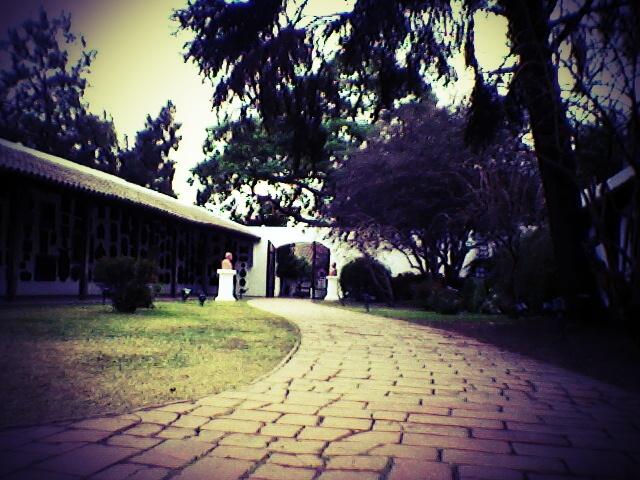 Camino del patío de la Casa de Tucumán.