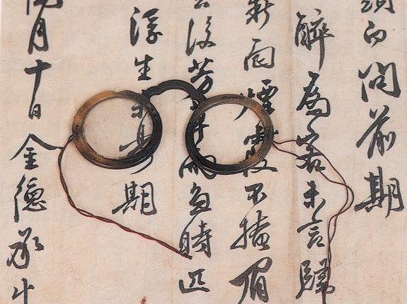 조선 시대 안경의 종류로는 안경테 양쪽에 끈이나 실을 걸어 쓰는 실다리 안경, 안경 다리 부분에 꺾임을 주어 휴대의 편의를 도모한 꺾기다리 안경, 테가 없는 무테 안경 등이 있습니다.