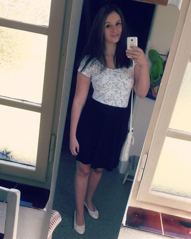 WEBSTA @ afinka123 - Mějte rádi druhé lidi, buďte k nim laskaví a štědří 😊#girl #czechgirl #smile #singlegirl #blackskirt #whiteshirt #samsung #sunnyday #brunette #happy #visitomyfamily #sunday #september #czechrepublic #rtynevpodkrkonosi