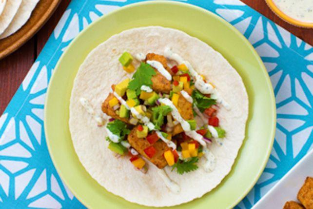 Dans ces tacos au poisson prêts en deux temps, trois mouvements, le flétan cuit est garni d'une savoureuse salsa maison. La vinaigrette au concombre et à l'aneth couronne délicieusement le tout.