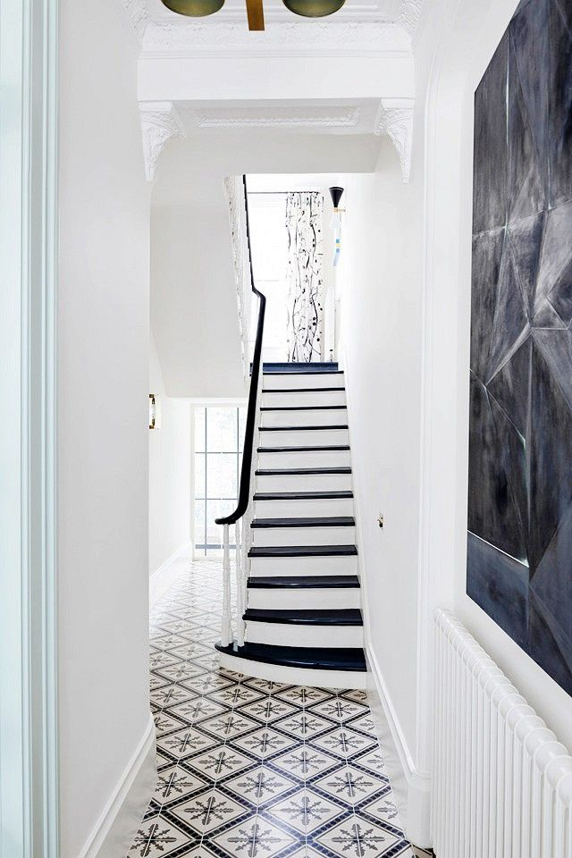 In Notting Hill, bold graphics and elegant details combine in a surprisingly cohesive space.