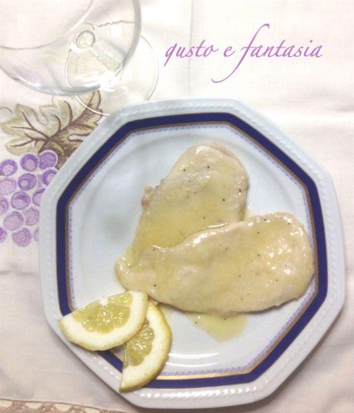 Le scaloppine di pollo al limone è un piatto semplice da preparare, leggero e gustoso adatto anche all'alimentazione dei bambini.