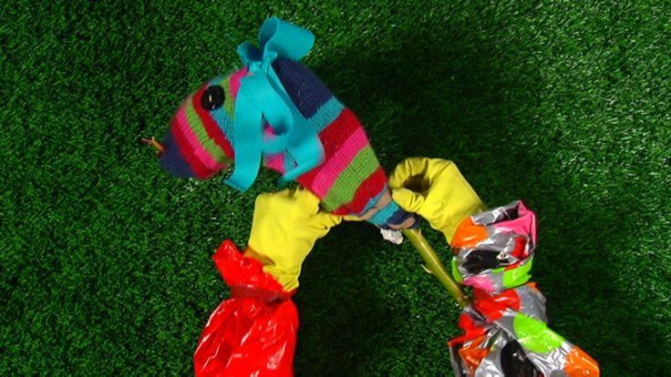 De knutselhandjes uit HoelaHoep knutselen van een sok, een stok, vilt en knopen een stokpaard.