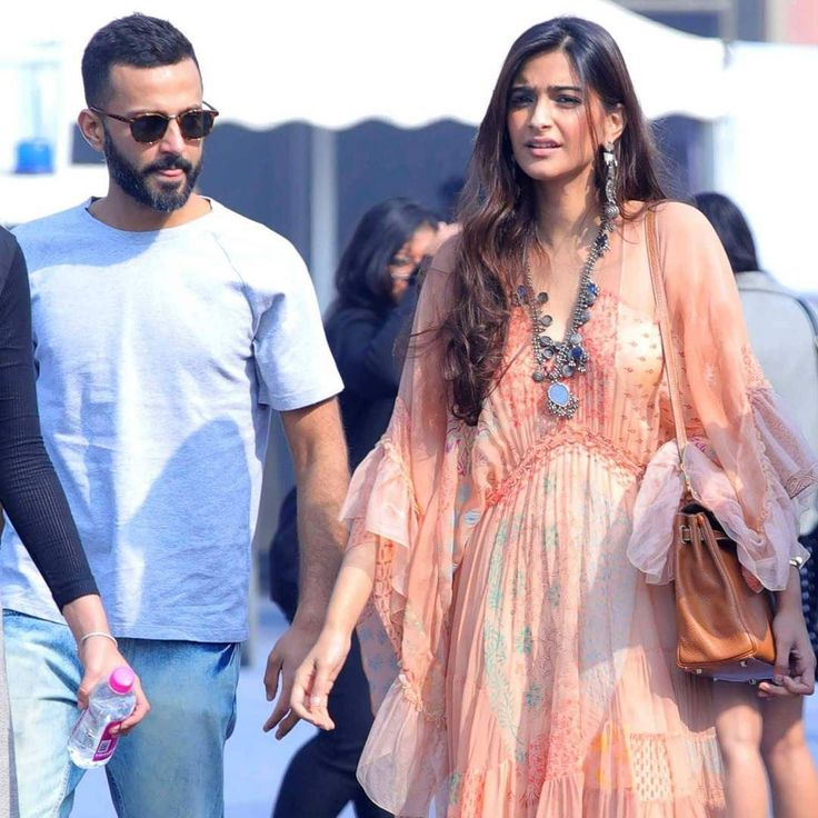 Spotted!: Sonam Kapoor spotted with her rumoured boyfriend Anand Ahuja at the India Art fair 2017 in Delhi. @filmywave  #SonamKapoor #AnandAhuja #ArtFair #IndiaArtFair #celebrity #bollywood #bollywoodactress #bollywoodactor #actor #actress #filmywave