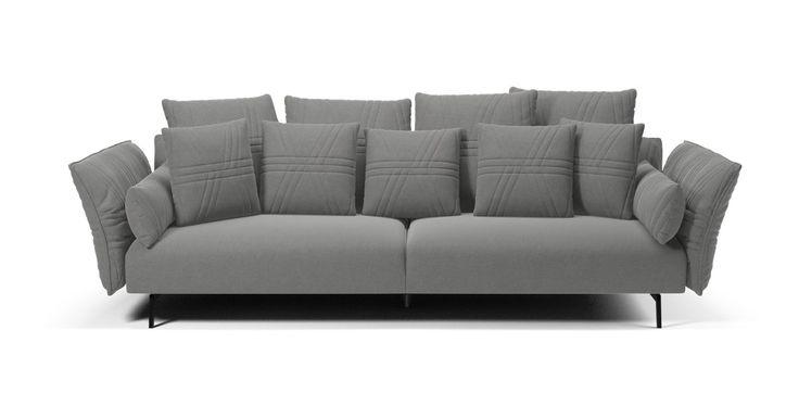 Det italienske designstudie PS+A, stiftet af de anerkendte designere Ludovica & Roberto Palomba, står bag Plia-serien, der er en fantastisk veldesignet sofa, der forener justerbare funktioner med et blødt lounge-udtryk. Både ryglæn og armlæn kan indstilles i flere positioner. Sofaen er spækket med gode detaljer, som de quiltede syninger, de slanke ben, de mange ekstra puder og den svungne lidt ekstravagante facon.