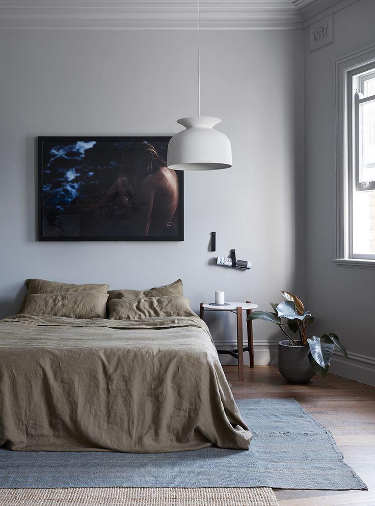 Neutrale slaapkamer met een houten vloer