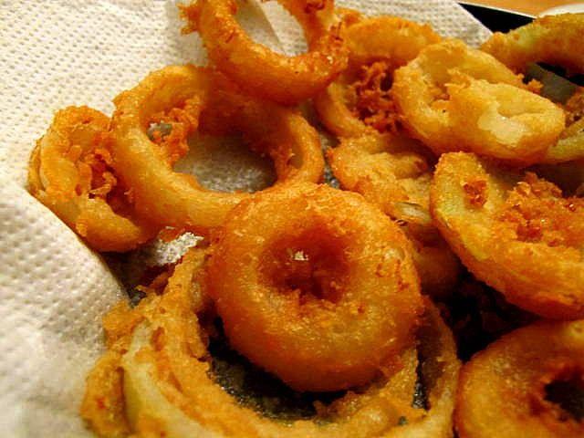 glutenfreie Onionrings (Zwiebelringe) Rezept Zwischendurch - Gesund Abnehmen! Low carb, wenig Kohlenhydrate und viel Fett! Das Fett in einem hohen Topf langsam erhitzen.  Die Zwiebel schälen und in ca 1cm dicke Scheiben schneiden. Die Scheiben in Ringe teilen. Das geht ganz einfach indem man mit den Fingern vorsichtig die einzelnen Ringe herausdrückt.  Die Zwiebelringe mit Kartoffelmehl bestäuben .Es genügt, wenn eine sehr dünne Schicht auf den Ringen haftet. Damit klebt der Teig besser an…