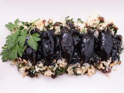 Receta | Chipirones en su tinta con arroz salteado con espinacas, pasas y piñones - canalcocina.es