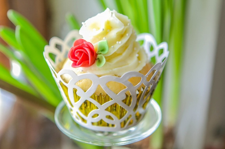 Cupcake, a w środku wiśnie w czekoladzie i krem waniliowy.