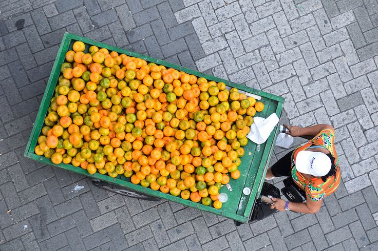 Vendedora de mandarinas @ Medellín, Colombia