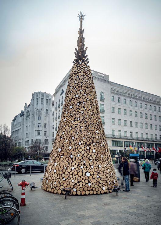 Hello Wood construye un árbol navideño con 5000 piezas de leña