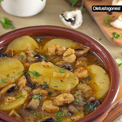 Un guiso de patatas en salsa acompañado de gambas y champiñones que tienes que probar sí o sí.