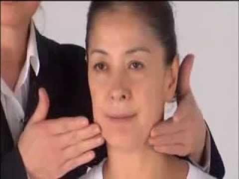 La experta japonesa, Yukuko Tanaka, nos presenta su masaje facial antienvejecimiento. Esta es una excelente rutina para reducir arrugas, bolsas en los ojos, ...
