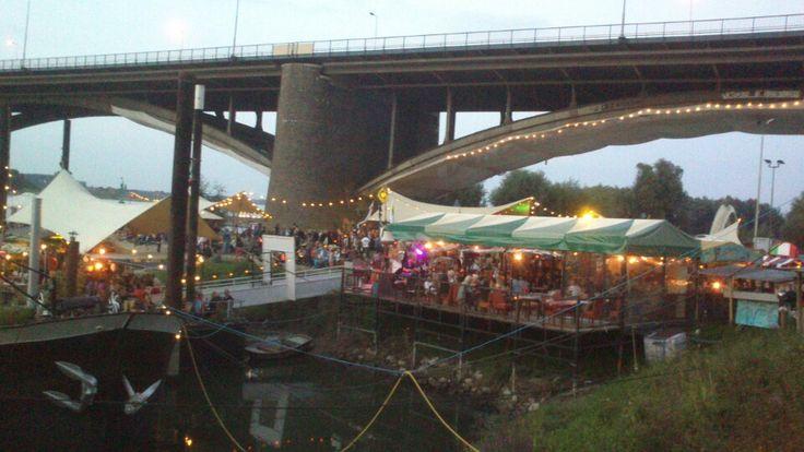 Cultureel genieten aan de Waal kan in de zomermaanden bij De Kaaij. Een heerlijk stukje Nijmegen voor zwoele zomeravonden én natuurlijk de place to be tijdens de Vierdaagsefeesten.