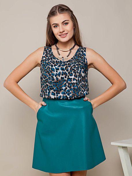 Uniwersalna spódnica z wygodnymi kieszeniami  w kolorze zielonym. Lekko rozkloszowana, wygodne, funkcjonalne kieszenie, zamek błyskawiczny na środkowym szwie z tyłu. 108zł ✔️