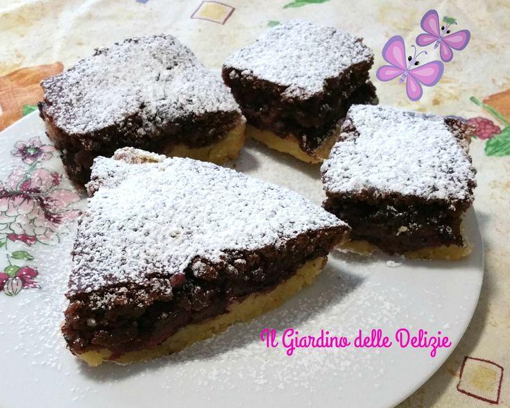 La torta fondente e ciliegie è una torta quasi da pasticceria, con un ripieno di cioccolato e farina di mandorle e nocciole, con ciliegie e fondente