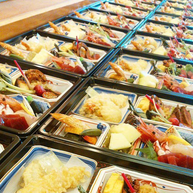 【お弁当~!】 今日も元気にお弁当(^ー^) こんだけいっぱいだと大変( ´艸`) 頑張りまっせ~☆ #千葉県#野田市#七光台#夏#料理#ランチ#デリバリー#お弁当#女子会#健康#野菜#肉#家族#夏バテ#蕎麦#デリバリーリーリー