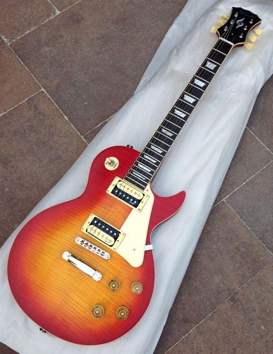 Speer RD-150V Cherry sunburst matte afwerking! -Indonesië - 2013  Zeer mooie gitaar in het bekende LP-model. De matte afwerking Cherry Burst en de zebra humbucker pickups geven de gitaar een mooie vintage uitstraling. Deze gitaar zeer klaar was zeer goed je zal niet een betere LP-model gitaar vinden in deze prijsklasse!Gitaar Plus heeft een zeer positieve recensie over geschreven: http://ift.tt/2rSIDU7 gitaar is gebouwd in Indonesië de hardware is voor Zuid-Koreaanse make.Gebouwd in…