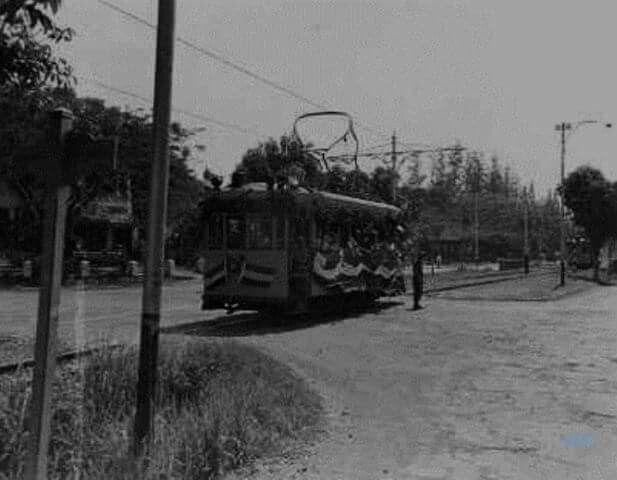 Sebuah Tram Listrik Melintas di Persimpangan Jalan 1940 an  Foto Kitlv