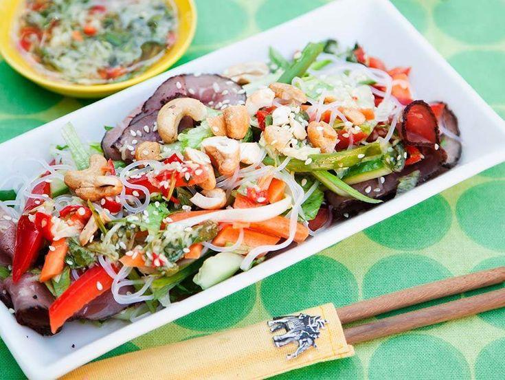 Den asiatiska dressingen med frisk och het smak ger det lilla extra till denna fräscha sallad.