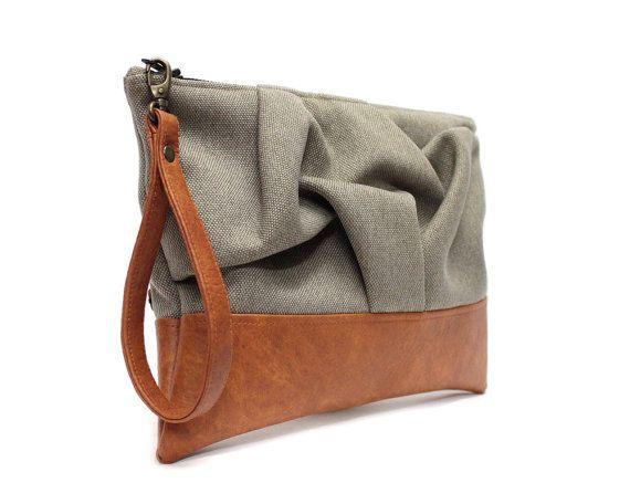 Embrayage de bracelet brun avec main détail fumé et cuir caramel végétalien base. Cette bourse dembrayage origami peut servir un jour ou un sac de soirée. Il sadapte confortablement votre téléphone portable, un portefeuille, clés et maquillage. Le détail de lorigami rend le sac unique et intéressant.  MATÉRIEL / / extérieur : tissu dameublement polyester doublure : tissu de coton noir  DÉTAILS / / détail en origami à la main smockée sur face avant cuir vegan mi-lourd de co...