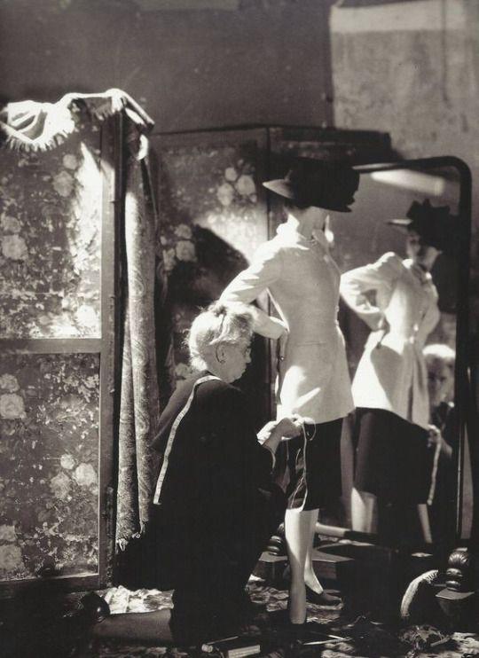 Cecil Beaton- Mannequin et habilleuse pour Vogue, 1946