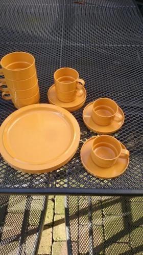 Met gebruikers sporen zie foto. 4 Kop en schotels 4 grotere kopjes 4 ontbijt borden