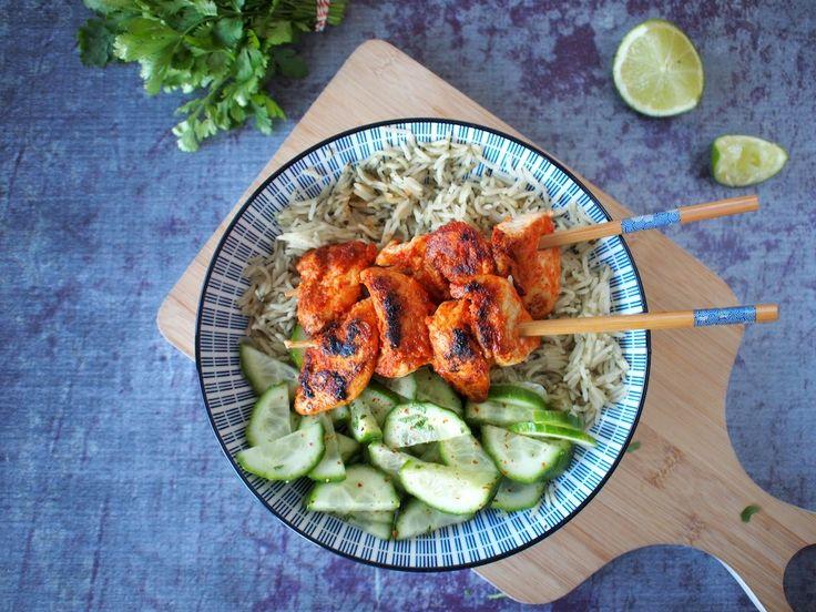 Thaise rode curry kip spiesjes met rijst en komkommer #recept