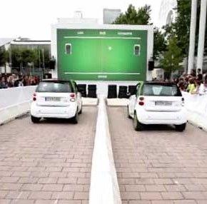 Giocando a ping pong con la Smart.  La dimostrazione dell'azienda della grande capacità di accellerazione e reazione di questa vettura.