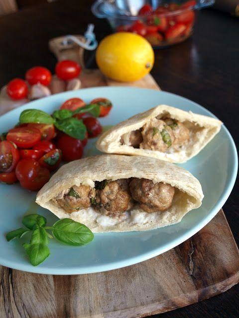 bite these goodies: Lemony meatballs with garlic sauce and tomato salad | Cytrynowe klopsiki z sosem czosnkowym i sałatką pomidorową