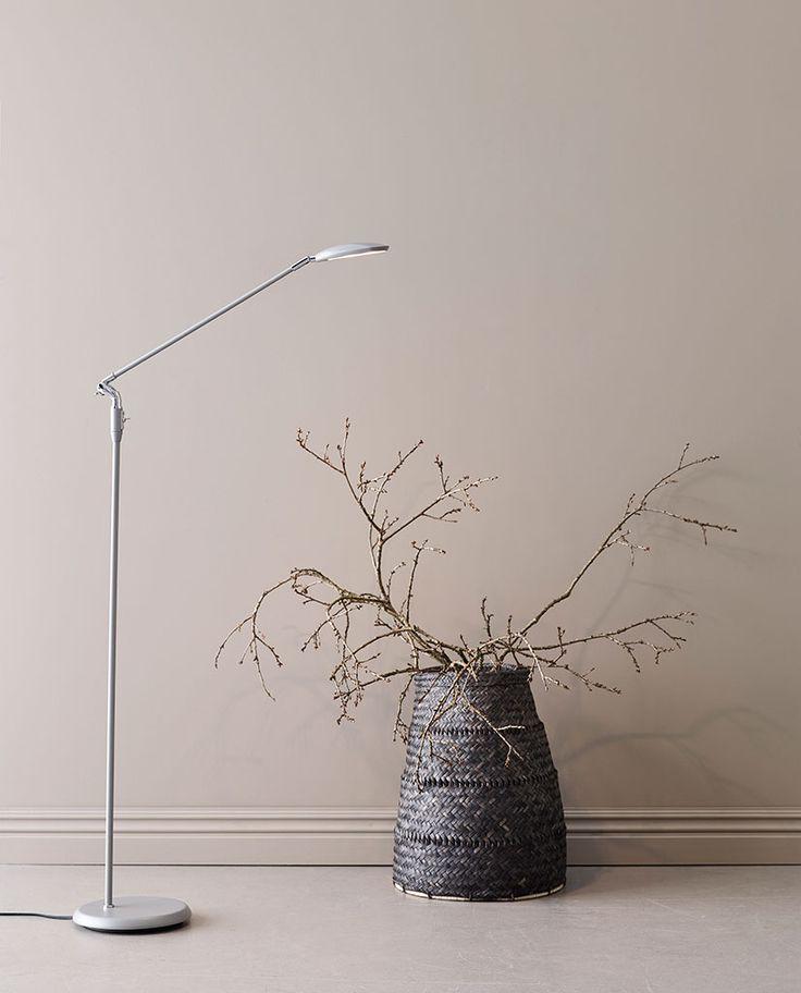 Spectra er en serie LED-lamper med asymmetrisk lysfordeling og stor plasseringsfrihet. Lampehodet er laget av støpt aluminium for å gi maksimal livslengde på LED lyskildene og de har en minimalistisk design for å passe inn i mange miljøer. Det er dimmer på bryteren.