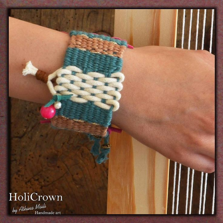 Woven bracelet with cotton and gold yarns,semiprecious pearls and leather. Phot