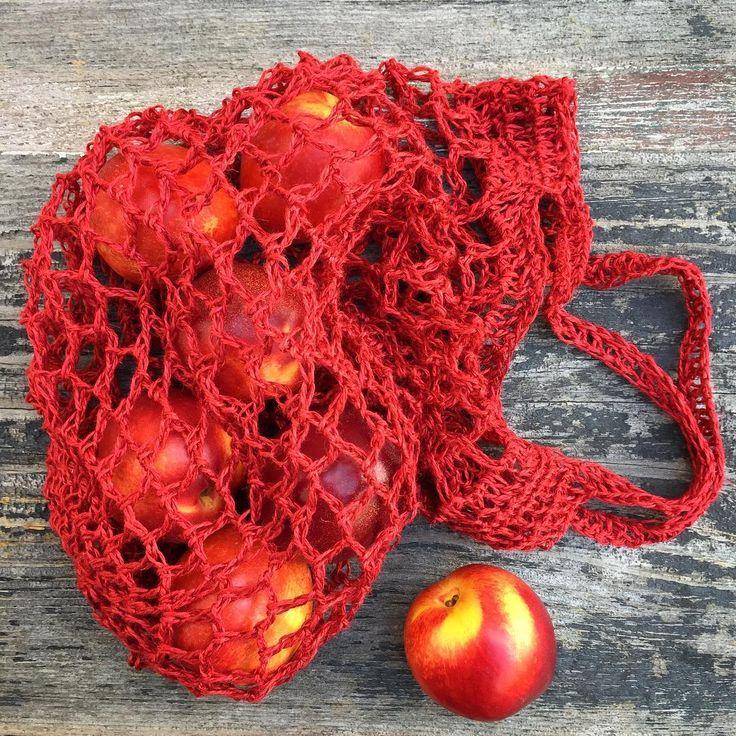 Instead of plastic - I crocheted a bag in linen yarn // Istället för plast. Jag virkade en kasse i lingarn efter @garnomera s recept. På @jarbogarn s blogg har hon också ett stickmönster på en kasse. Fram till den 15 juli får du 15% rabatt på @yllotyll s lingarn med koden Kammebornia som gäller både i webbutiken och i Uppsalabutiken❤️ #kammebornia #iställetförplast #virka #crochet #kammeborniapodcast