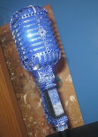 I'd really like to sing into a mic like this.haha. Just because it's really cool.