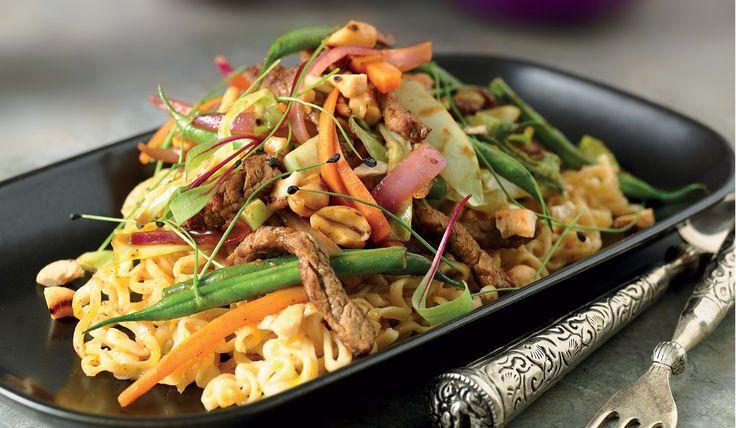 Thailändsk biffwok med grönsaker och rostade cashewnötter