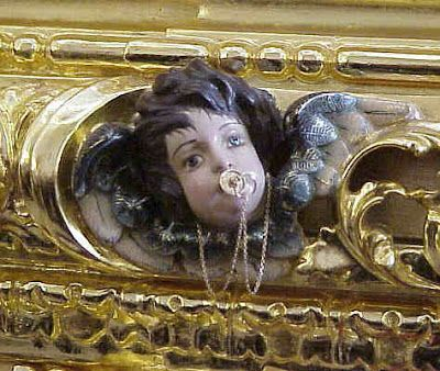 -Curiosidades.......   Un respiradero lateral del paso de la Esperanza de Triana tiene un angelito con un chupete con su cadenita de plata y San Gonzalo también pero dorado.
