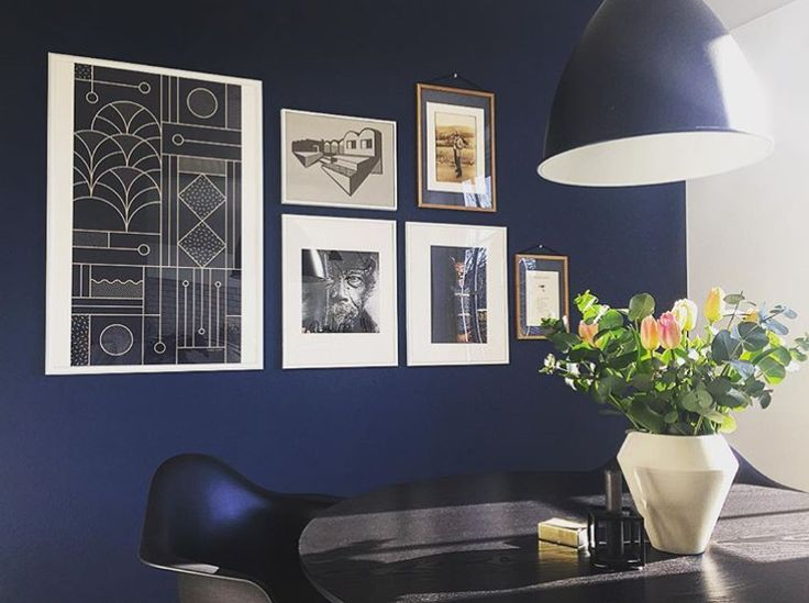 The dark blue colour on the walls meets the dusty yellow vase in an extravagant expression, in the dining room of our Sales Manager Thomas, @heunicke.