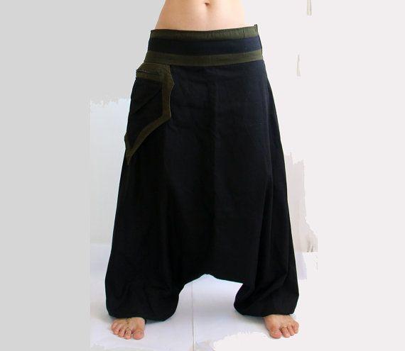 Pantalon Aladdin connu que des pantalons de Harem ou Afghans est très confortables  ☆  100 % coton, taille élastiquée avec cordon de serrage, élastiqué aux chevilles, 2 poches (1 zippée)  ☆  Unisexe.  Léger et confortable, adapté à lactivité intérieure et de plein air.  Usure parfaite pour des fêtes ou Festivals a la Burning Man...  ☆  Tailles : M Taille - 80 cm/32 pouces Hanches - 108 cm/42 pouces Longueur totale (couture extérieure) - 100 cm/39,5 po L Taille - 86 cm/34 pouces Hanches - 110…