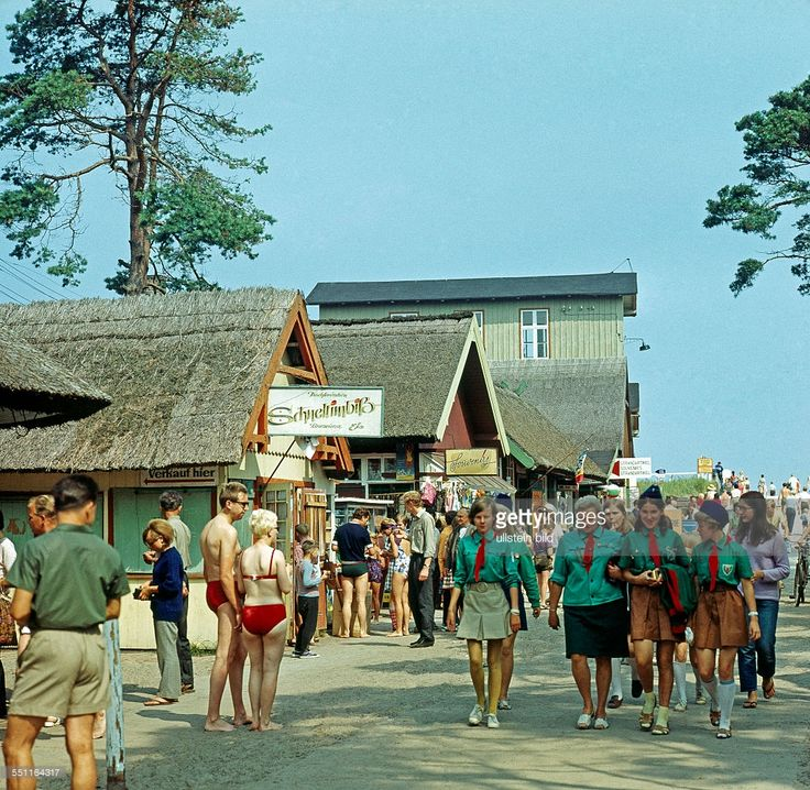 DDR-Sommer, FDBG-Urlauber und auslaendische Gaeste an Verkaufseinrichtungen im Ostseebad Prerow auf dem Darss