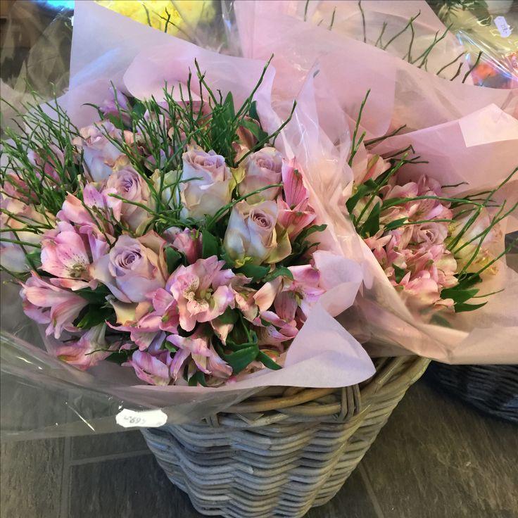 Buketter med roser og alstromeria