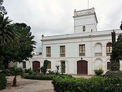 La finca de Miró en que dedicó mucho de su vida a la pintura se llama Mas Miró. Cerca de la capilla en Mont-roig del Camp en Cataluñia hay el estudio del pintor con vistas de un jardín y el mar.