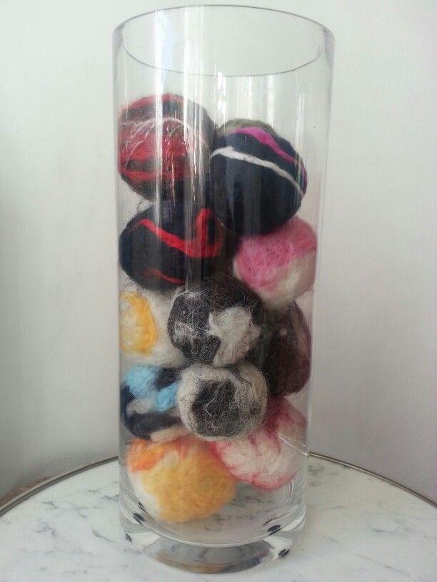 Glazen vaas met vilten ballen