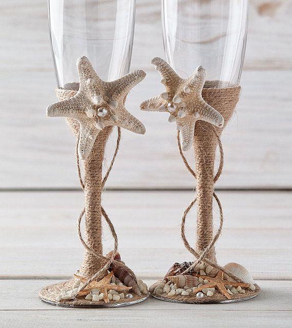Verres à Champagne mariage nautique grillage flûtes plage mariage flûtes mariée et le marié verres avec des étoiles de mer et coquillages   Chacun de mes articles sont unique et sont réalisées avec soin et amour.   Si vous souhaitez acheter le gâteau ensemble de service sil vous plaît visitez ma section de la boutique ici :  https://www.etsy.com/listing/269665753/wedding-cake-server-and-knife-beach-cake?ref=listing-shop-header-0  Ces verres sont parfaits pour la ...