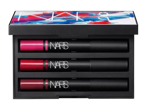 Beauté : les palettes de maquillage de l'été 2015 de Nars : lipsticks rouges à lèvres crayons à lèvres rose, rouge, bordeaux http://www.vogue.fr/beaute/buzz-du-jour/diaporama/les-kits-arty-de-nars/21088