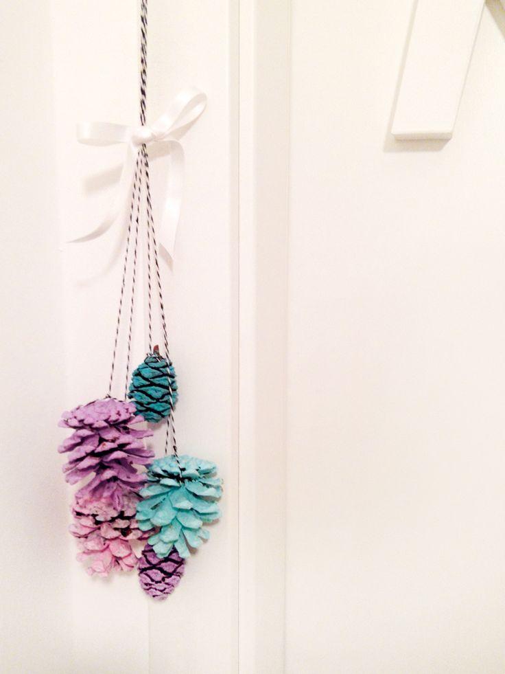 Zapfenstreich oder gestrichene Zapfen. Weihnachten klopft an die Tür. | makajumy